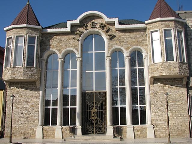 Фасад отделанный доломитом