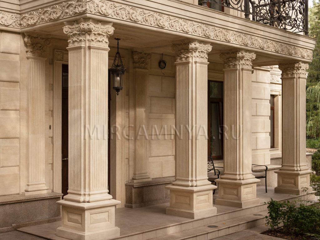 купить Каменные колонны добавляют характер зданию